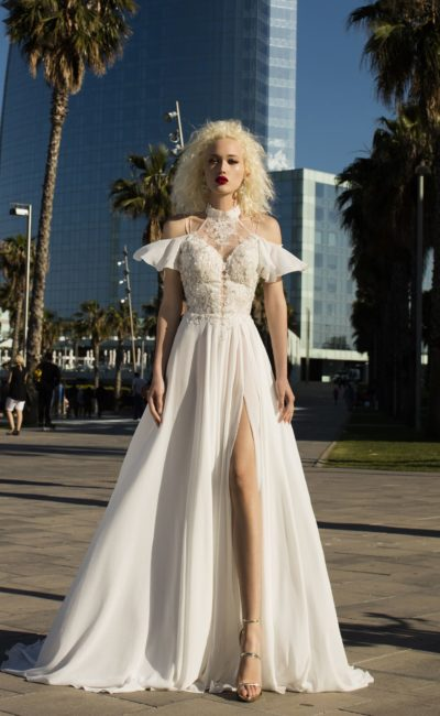 Смелое сложное свадебное платье  цвета айвори с рукавами-крылышками, открывающими плечи