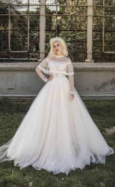 Свадебное платье с кружевной накидкой