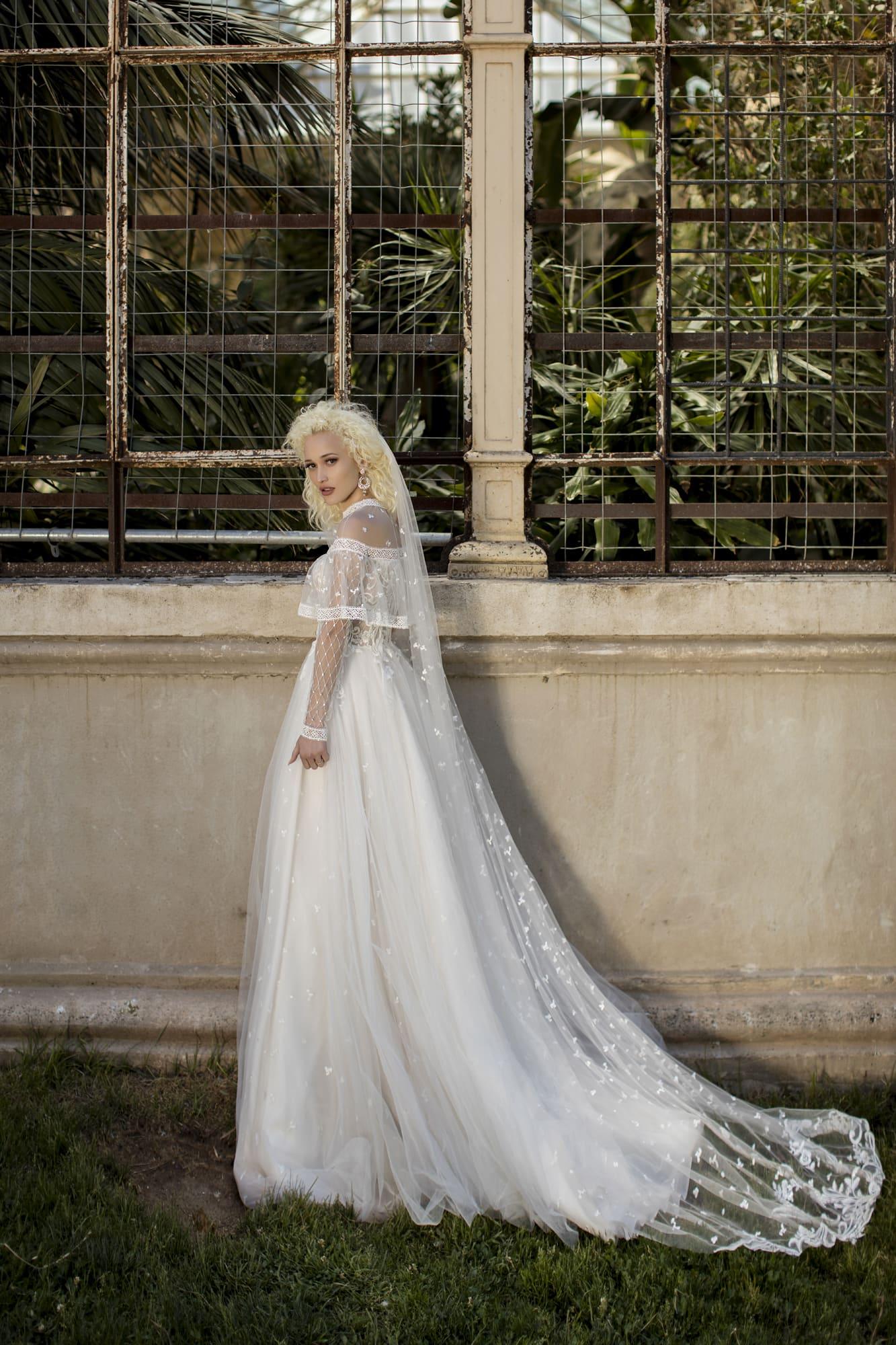 Белоснежное закрытое пышное свадебное платье со шлейфом и длинными прозрачными рукавами