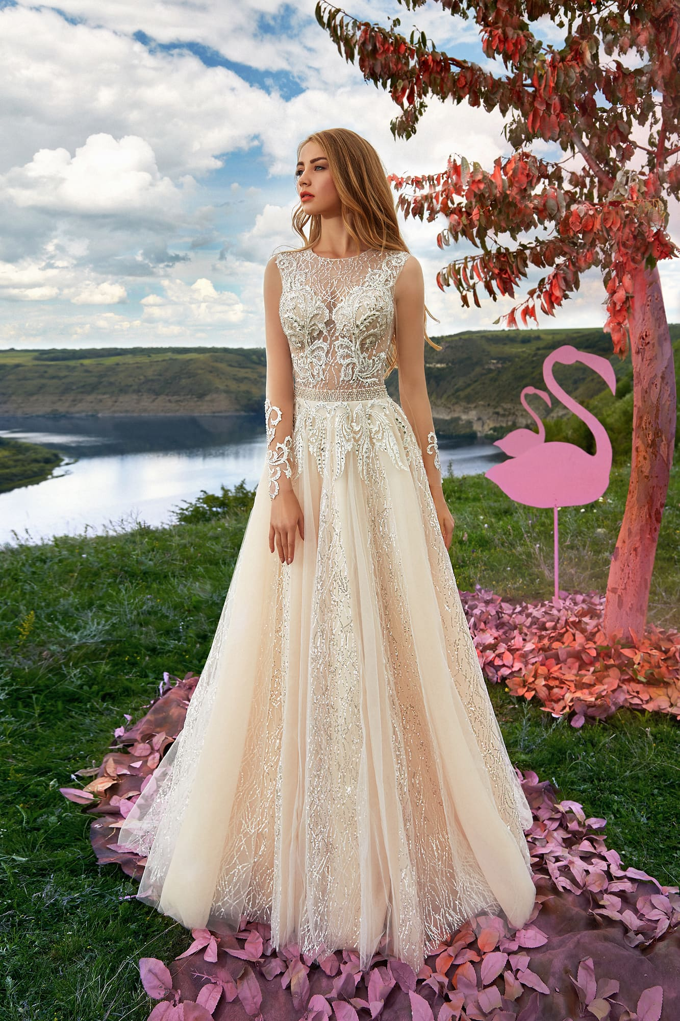 Свадебное платье со сложным декором