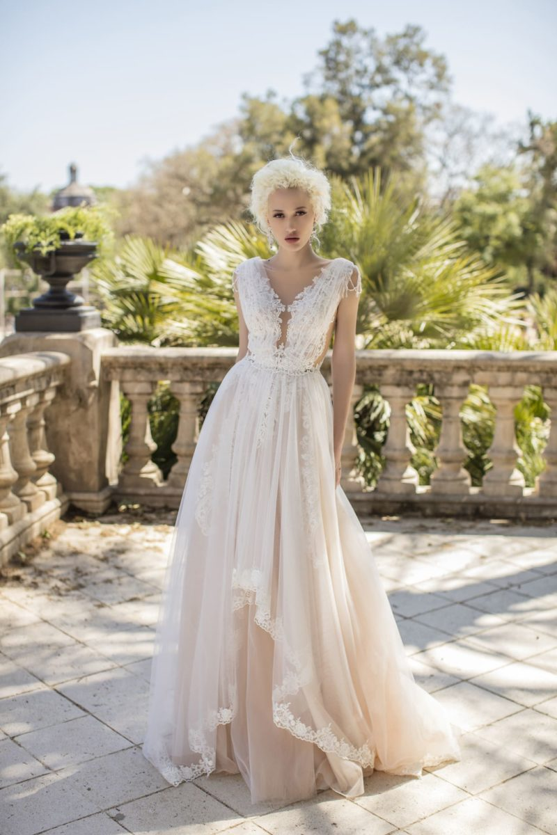Романтичное свадебное платье с многослойной асимметричной юбкой