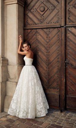 Пышное свадебное платье-бюстье с мерцающей юбкой