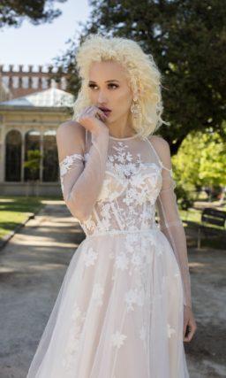 Белоснежное свадебное платье с небольшим шлейфом и длинными рукавами