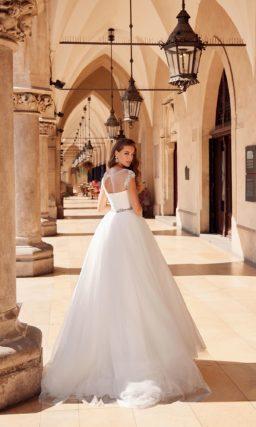 Пышное свадебное платье со сдержанным декором
