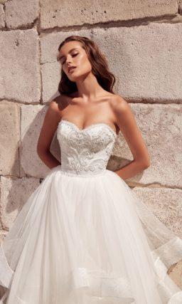 Стильное свадебное платье с пышной юбкой