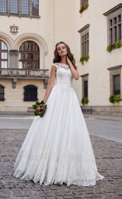 нежное свадебное платье с кружевным декором