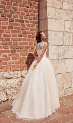 Утонченное свадебное платье с небольшим шлейфом