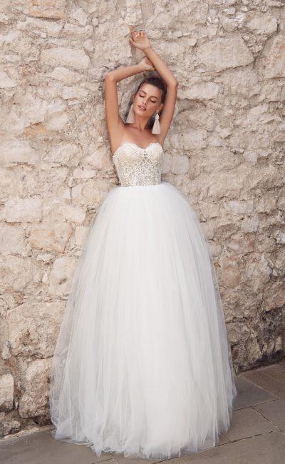Пышное свадебное платье-бюстье с лаконичным декором