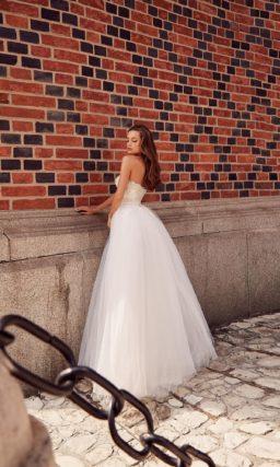 Классическое пышное свадебное платье-бюстье