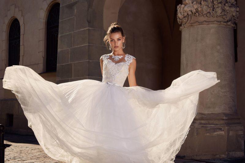 Лаконичное свадебное платье А-силуэта