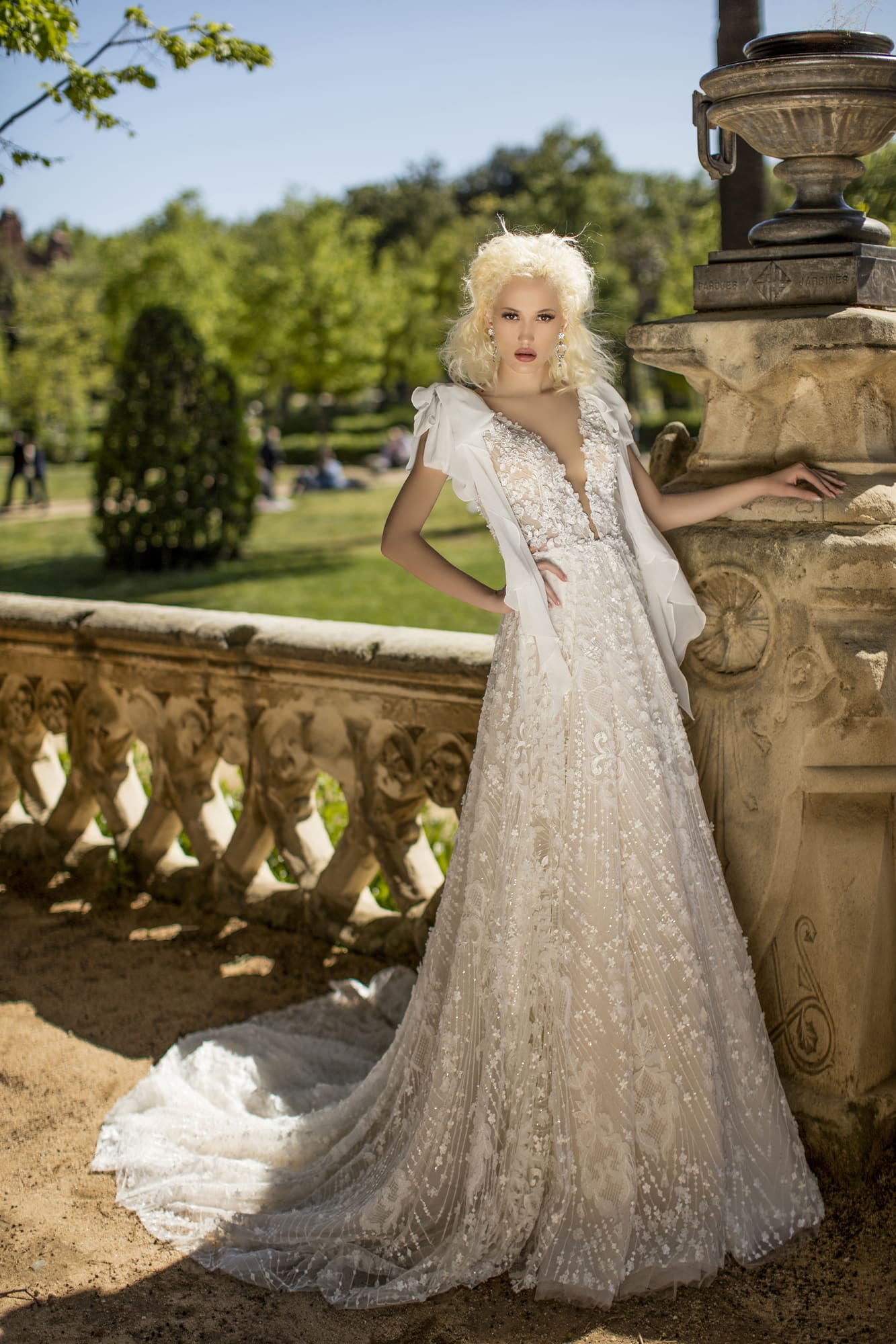 Необычное белоснежное свадебное платье с V-образным вырезом