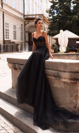 Черное платье на бретелях