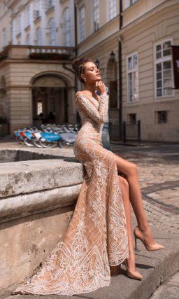 Фактурное платье с разрезом
