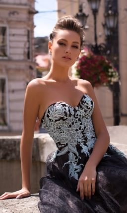 Вечернее платье-бюстье с пышной юбкой в черно-белой гамме