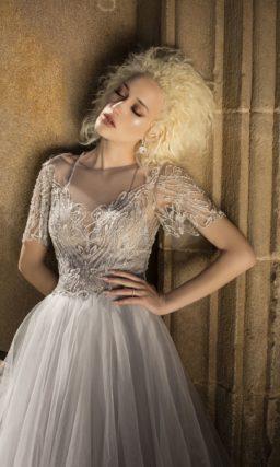 Динамичное свадебное платье серого цвета