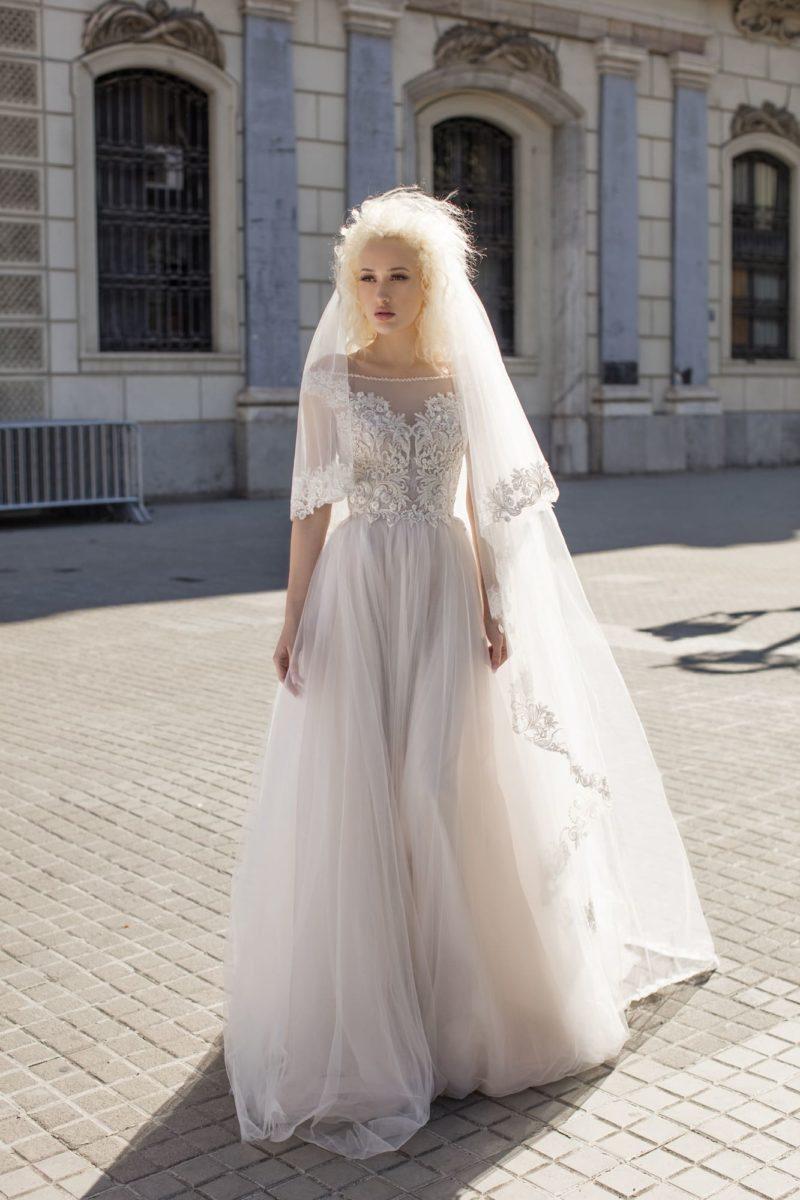 Изысканное свадебное платье с открытыми плечами