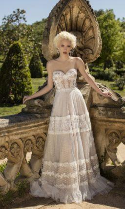 Смелое свадебное платье с облегающим открытым лифом