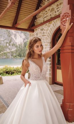 свадебное платье с открытым верхом и пышной роскошной юбкой
