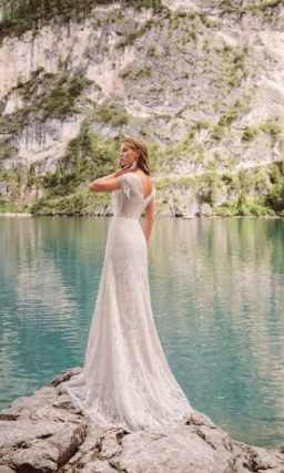 свадебное платье с кружевом по всей своей длине