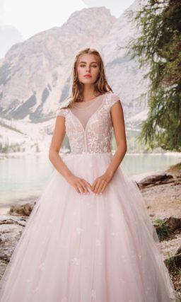 Нежно-розовое свадебное платье с закрытым верхом и коротким рукавом