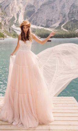 свадебное платье с белоснежным корсетом и пышной юбкой