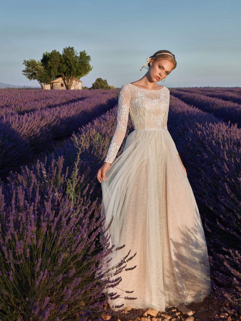 Пудровое свадебное платье с длинным рукавом