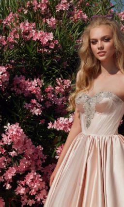 свадебное платье с вырезом-сердечком