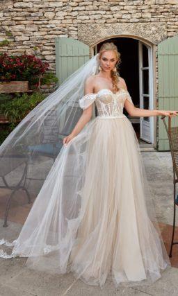 Свадебное платье с открытым верхом и пышной многослойной юбкой