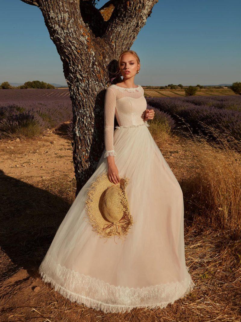 Простое свадебное платье в бледно-розовом оттенке
