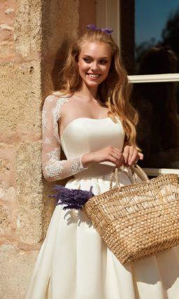 Сдержанное свадебное платье с открытым верхом