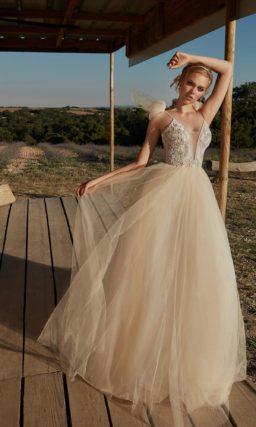 бежевое свадебное платье с богато декорированным корсетом