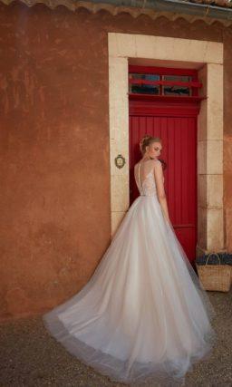 свадебное платье с богатым корсетом и пышной юбкой со шлейфом
