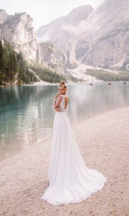 Смелое свадебное платье с высоким разрезом