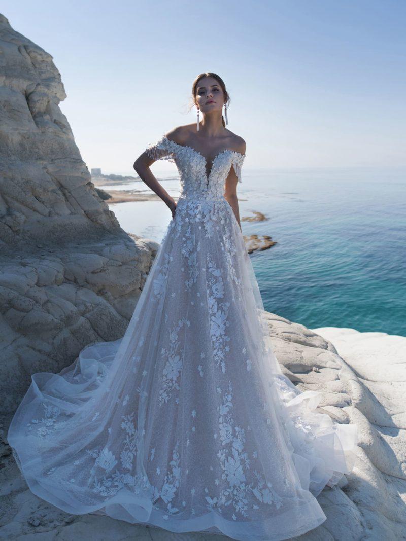 Роскошное свадебное платье с открытым верхом