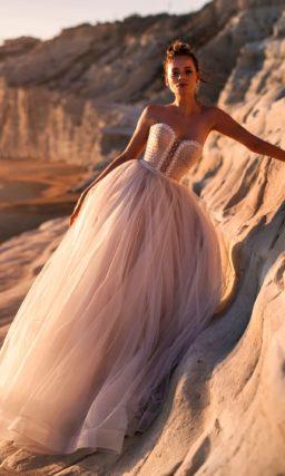 Пудровое свадебное платье с открытым верхом