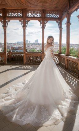 Белоснежное свадебное платье с открытым верхом и рукавами