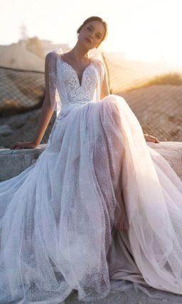 Нежное свадебное платье c V-образным вырезом