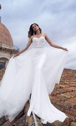 Очаровательное свадебное платье с сдержанной юбкой