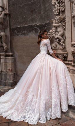 свадебное платье с открытыми плечами и пышной юбкой