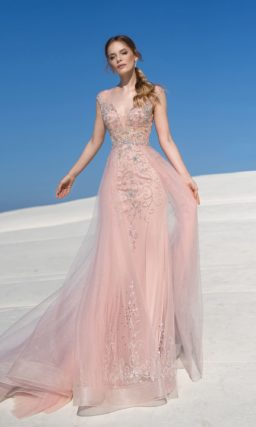 свадебное платье розового цвета с прямым силуэтом