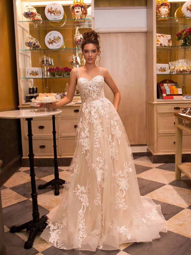 Очаровательное свадебное платье бежевого оттенка
