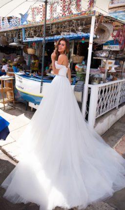 Белоснежное свадебное платье с открытым верхом