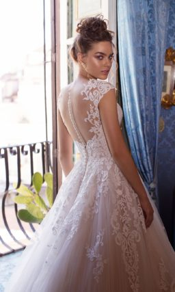 Пудровое свадебное платье с приталенным силуэтом