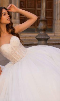 Шикарное свадебное платье с открытым верхом