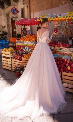 Свадебное платье с приталенным силуэтом и V вырезом