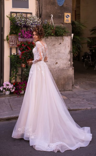 Свадебное платье с закрытым верхом и длинными рукавами
