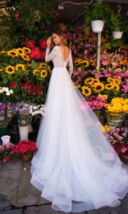 Сдержанное свадебное платье прямого силуэта с закрытым верхом
