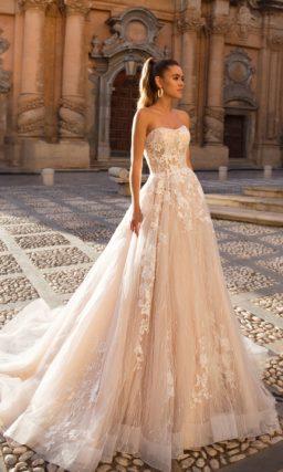 Эффектное свадебное платье персикового оттенка