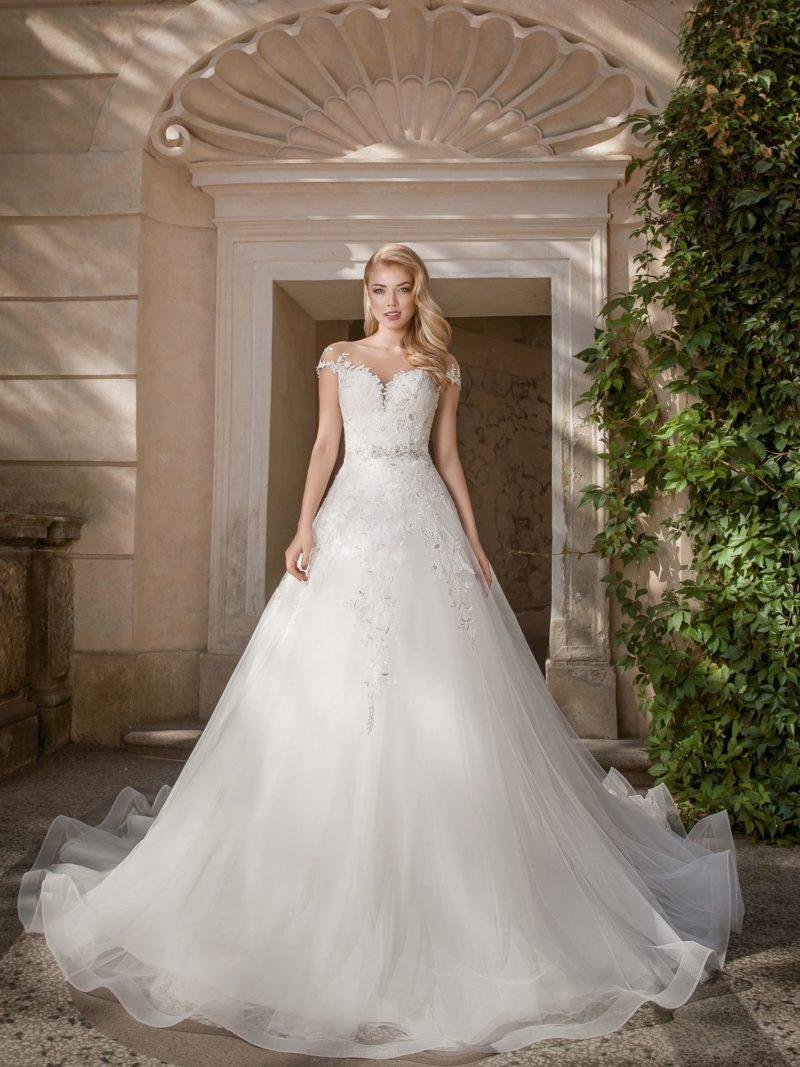 Роскошное свадебное платье с шлейфом