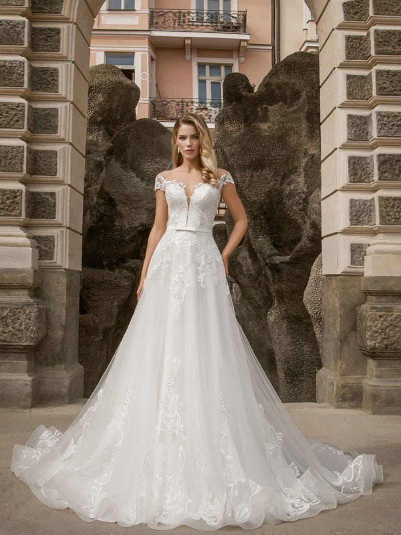 Стильное свадебное платье с ажурным декольте.